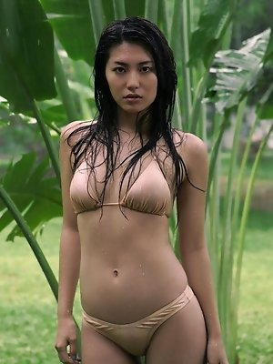 Beautiful gravure idol is incredibly hot in her pink bikini